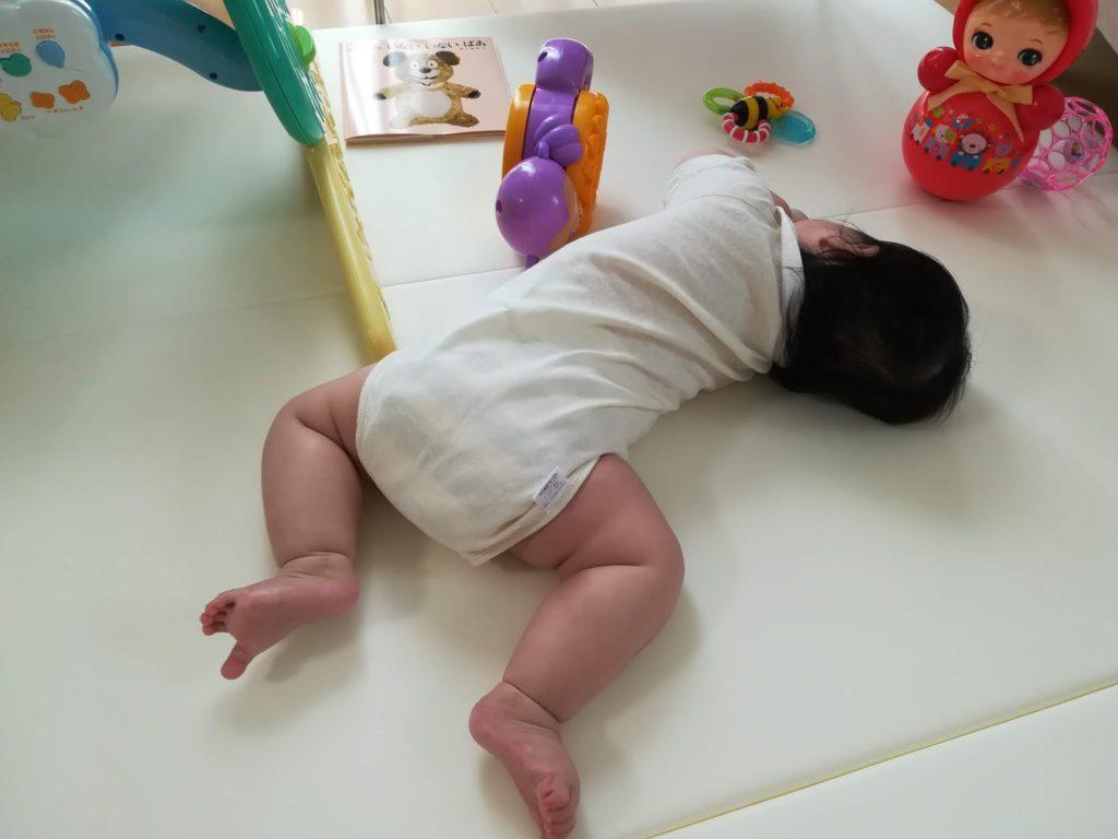 カラズのベビーマット上で寝返りをうとうとする娘