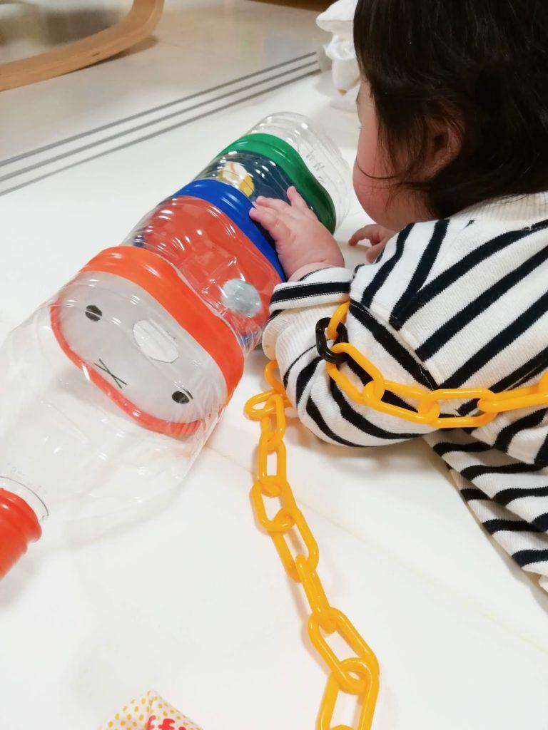 ミッフィーの鈴落としで遊ぶ赤ちゃん