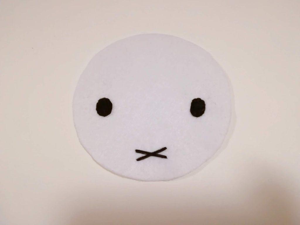 白いフェルトに、ミッフィーの目・口を縫い付けた図