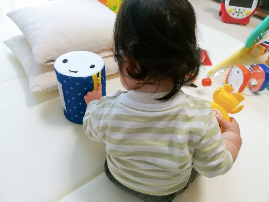 ミルクの空き缶で手作りしたミッフィーの太鼓で遊ぶ子供
