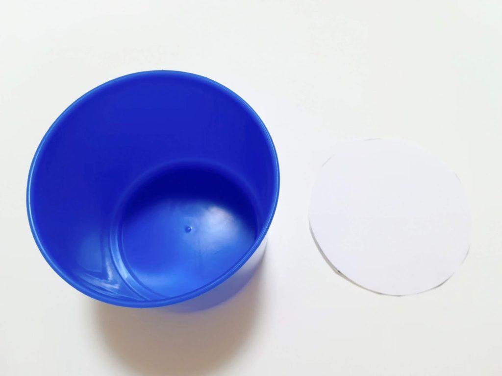 カップをもとに切り取った円形の型紙
