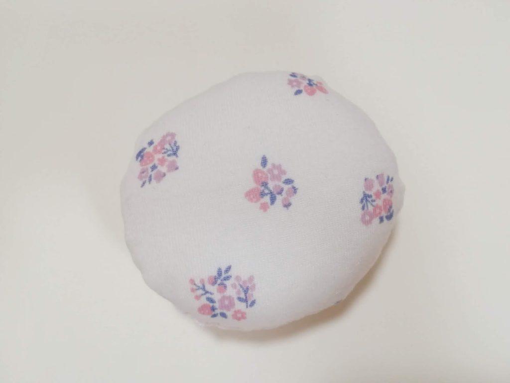 縫い合わせた円に、手芸わたを詰めた図