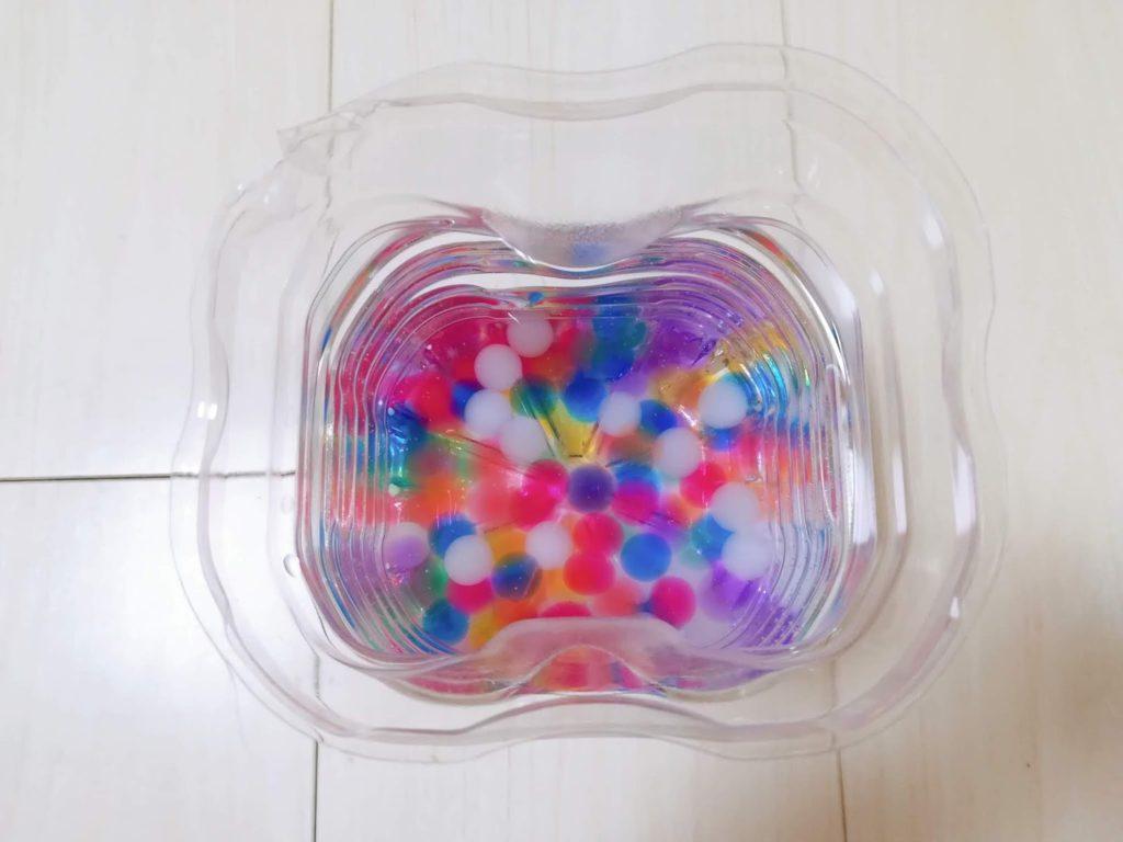 ぷよぷよボールに水を注ぎ、徐々にふくらんできた図