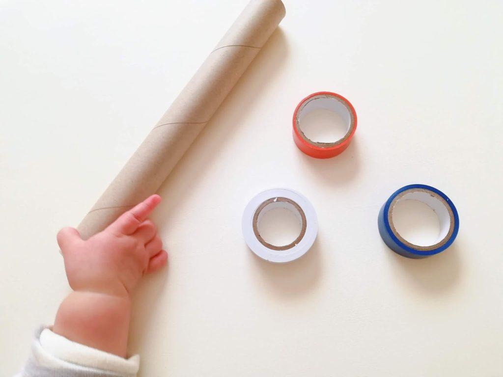 おもちゃの材料となるラップ芯とカラフルなビニールテープ