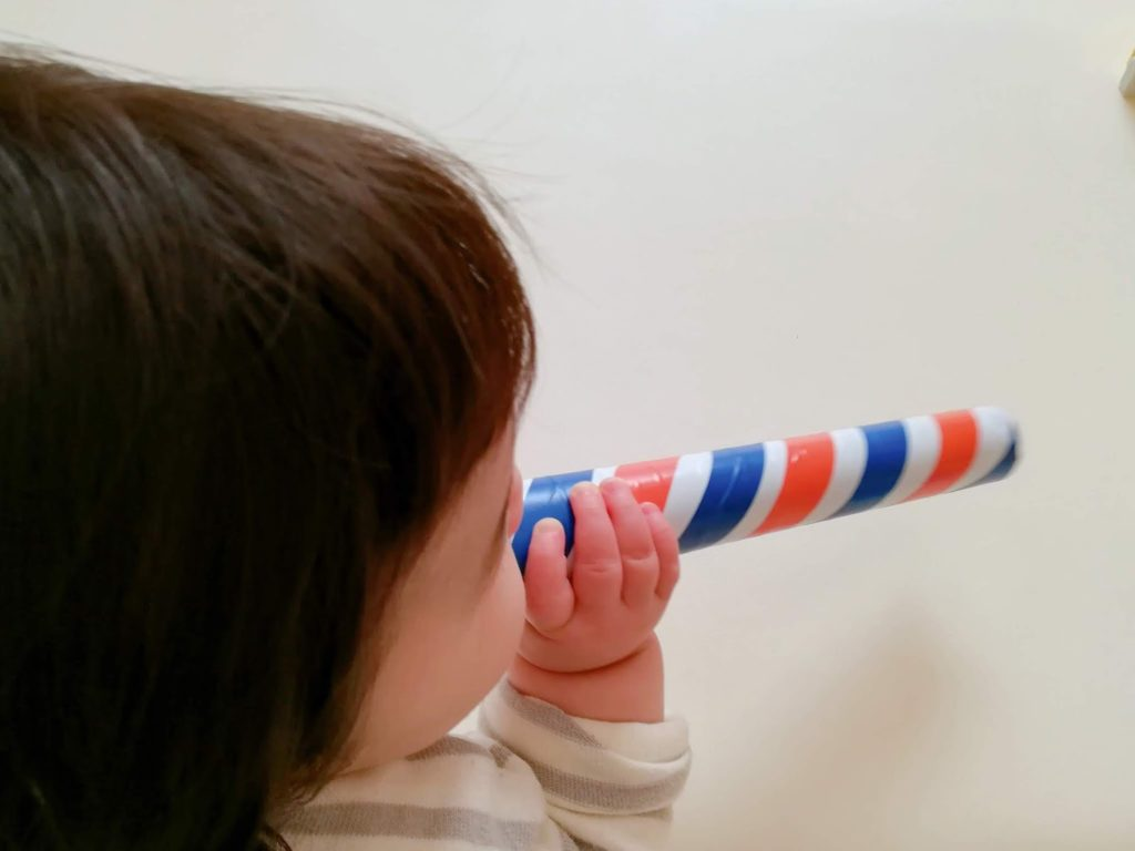 ラップ芯のおもちゃで遊ぶ子供