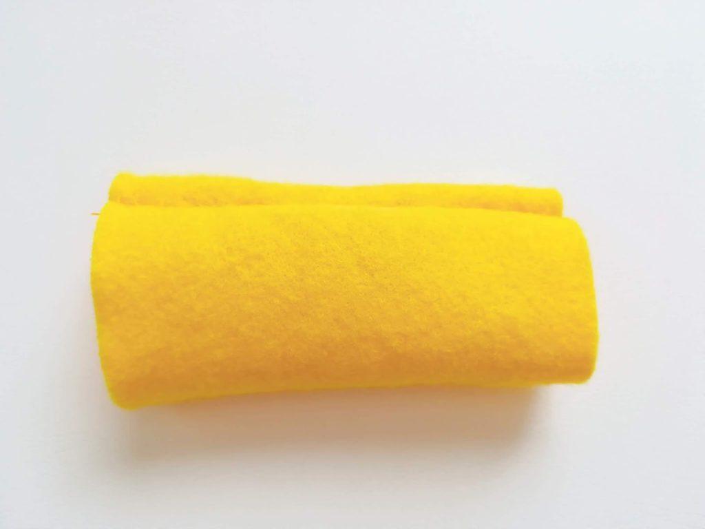 筒状に縫い合わせたフェルトを表裏にしたもの