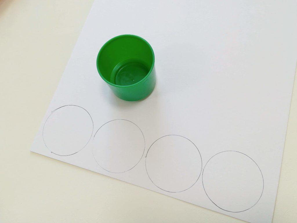 カップで円形の型をとっている図