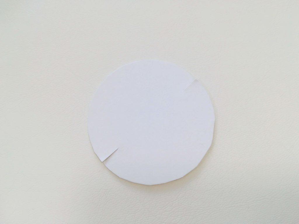 切り取られた円形の型紙に上下切込みを入れた図