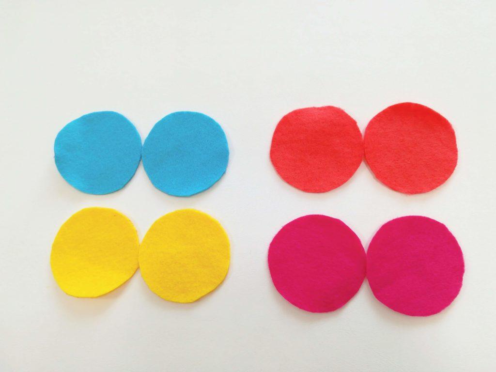 型紙をもとに、フェルトから8枚の円を切り取った図