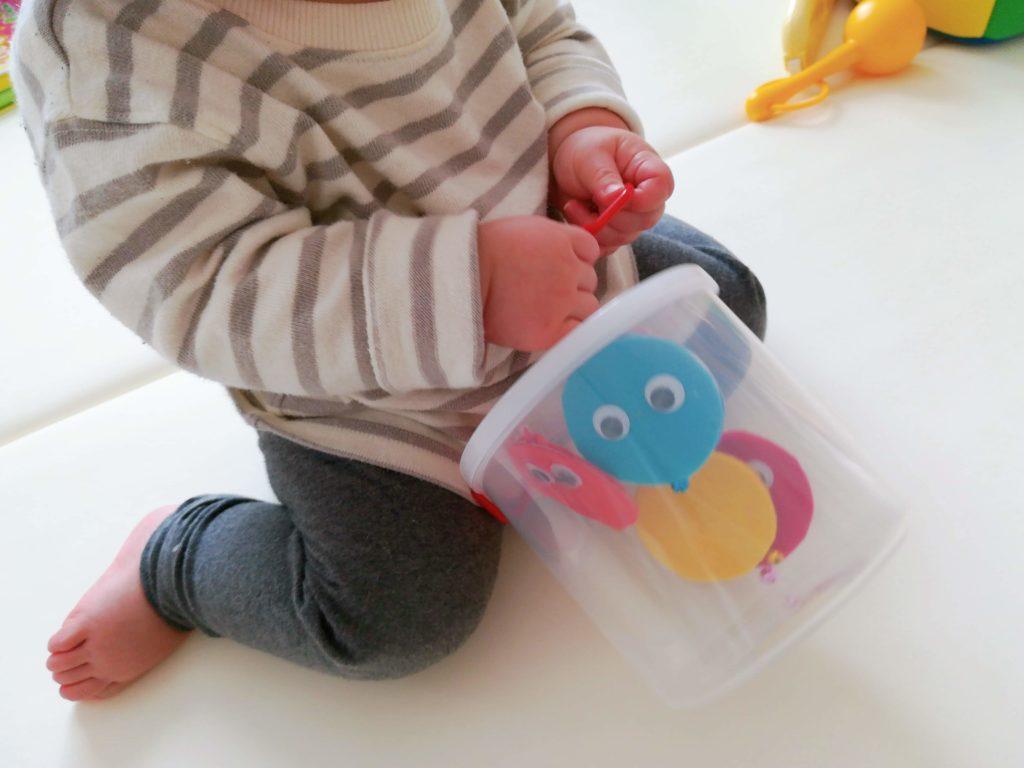 モンテッソーリつまんで引くおもちゃで遊ぶ子供