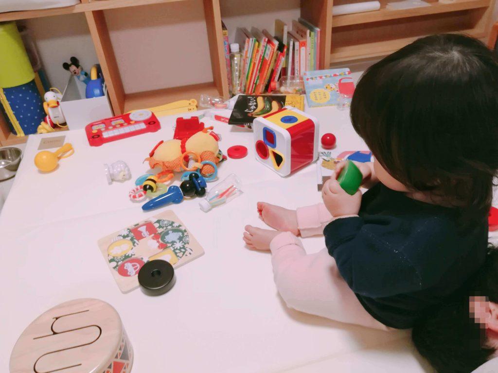 サブスクリプション型おもちゃレンタルサービス「TOYBOX(トイボックス)」でレンタルした知育玩具で遊ぶ娘の様子