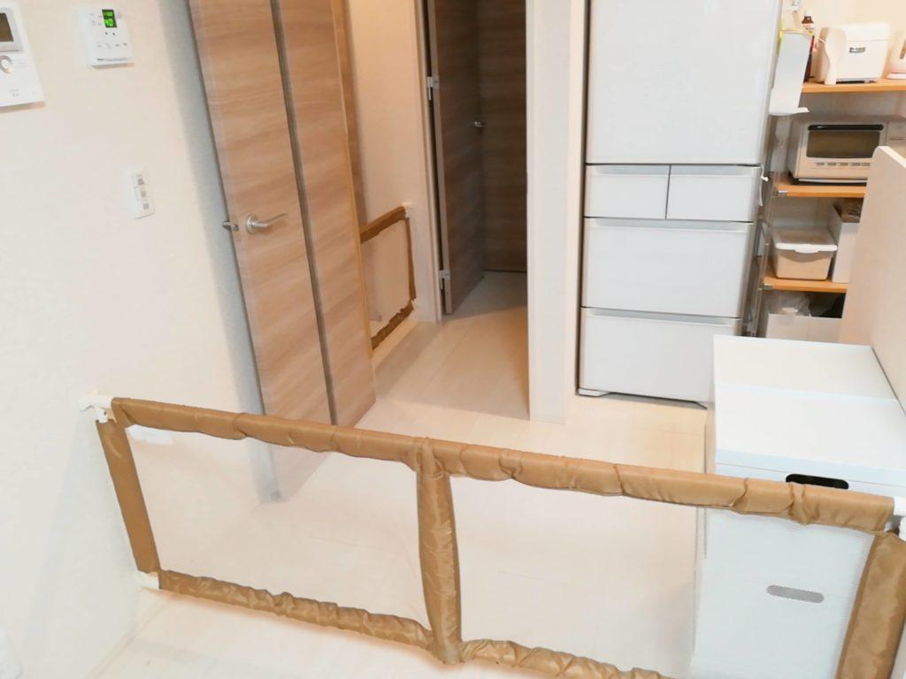 賃貸アパートのキッチンに設置したベビーゲート