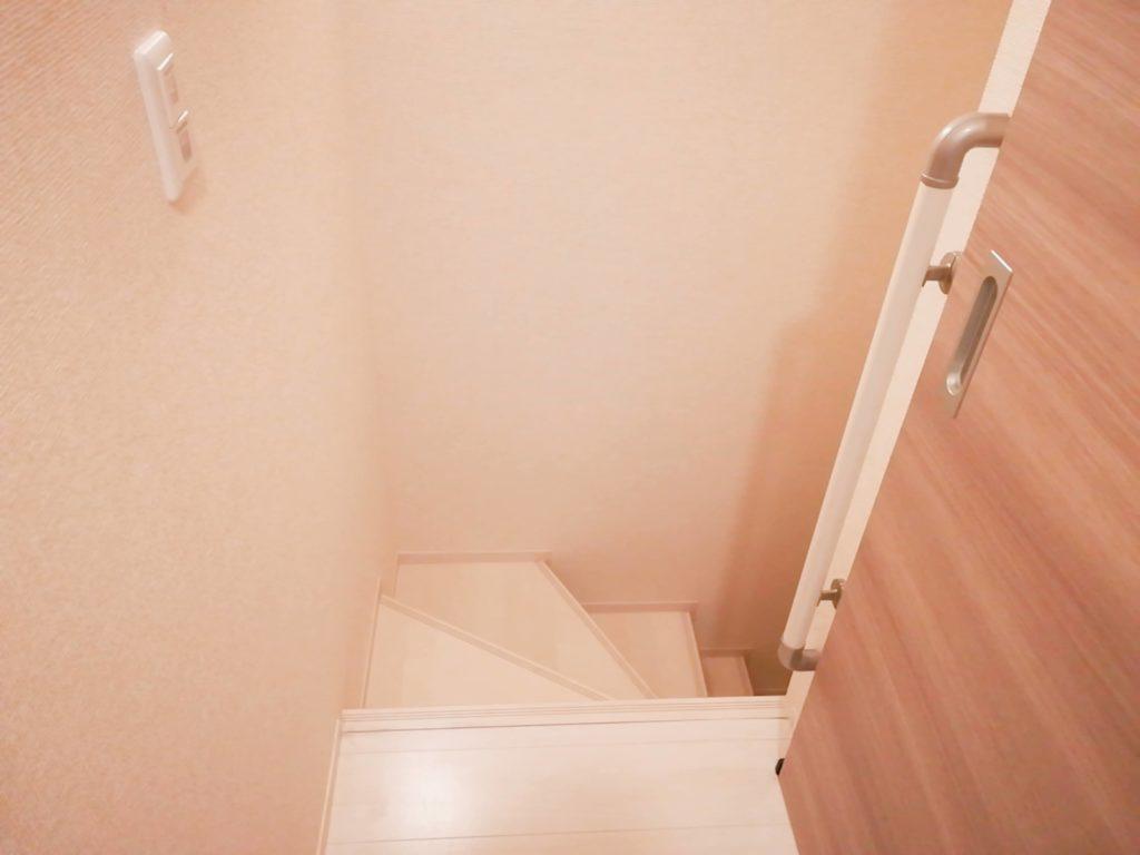 賃貸アパートの室内階段手前
