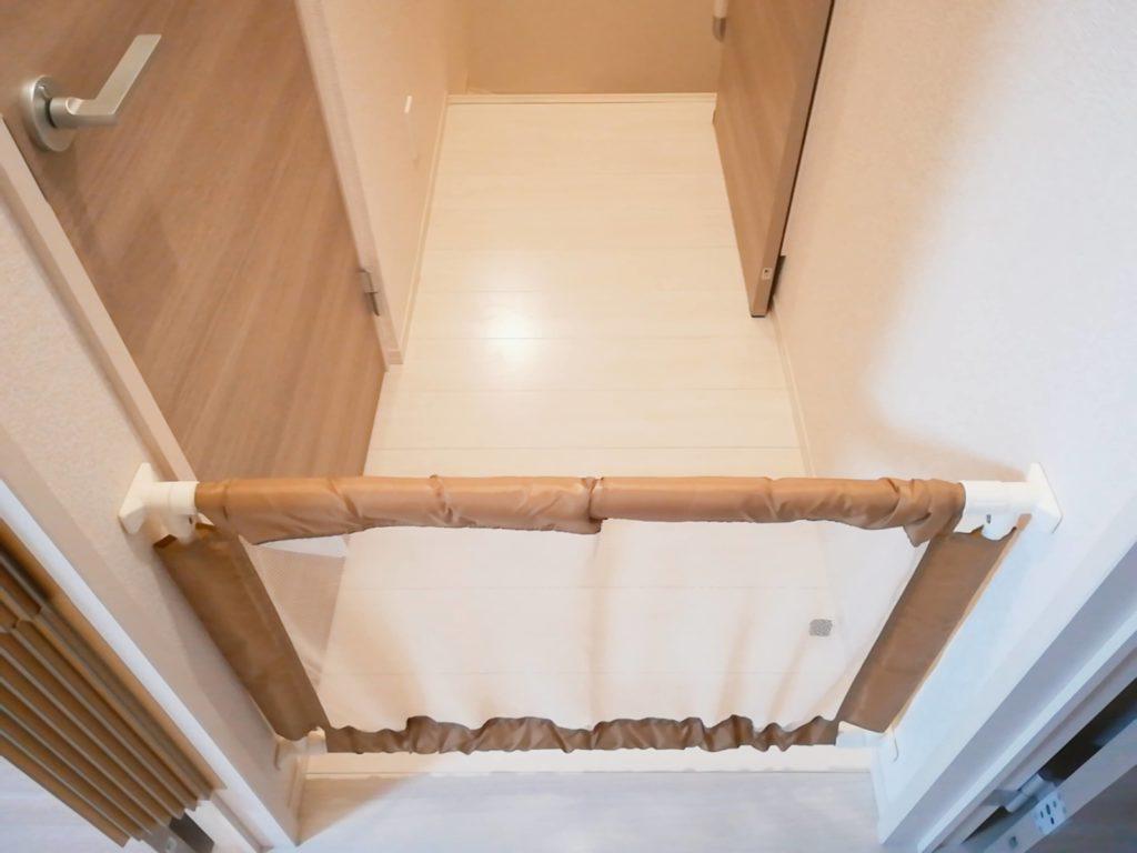 賃貸アパートの室内階段前に設置したベビーゲート