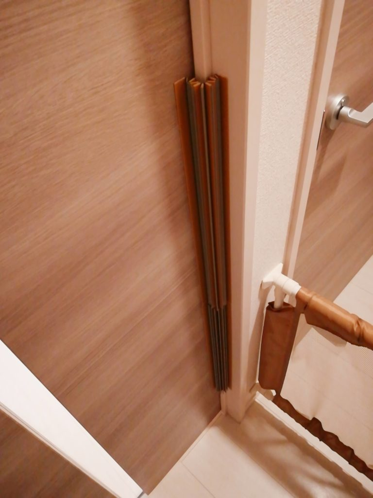 指はさみ防止グッズ「はさマンモス」の類似商品を取り付けたドアの様子