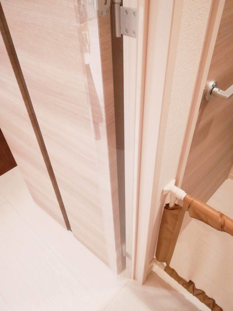 指はさみ防止グッズ「はさマンモス」を取り付けたドア・開いた状態