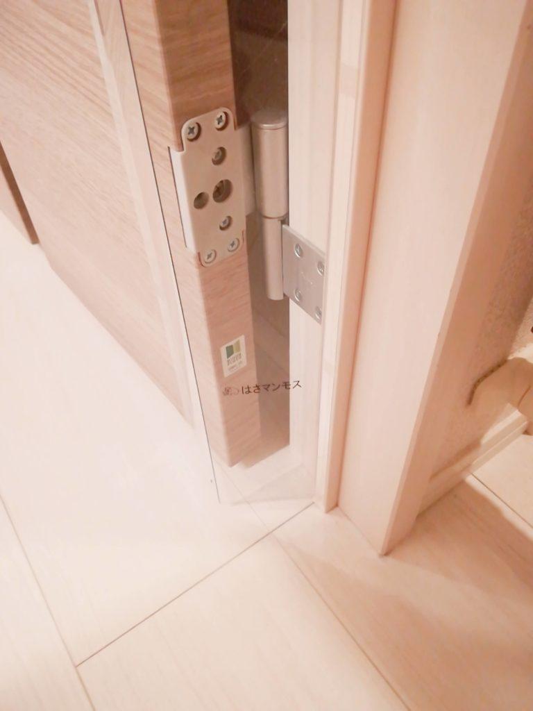 指はさみ防止グッズ「はさマンモス」を取り付けたドアの様子