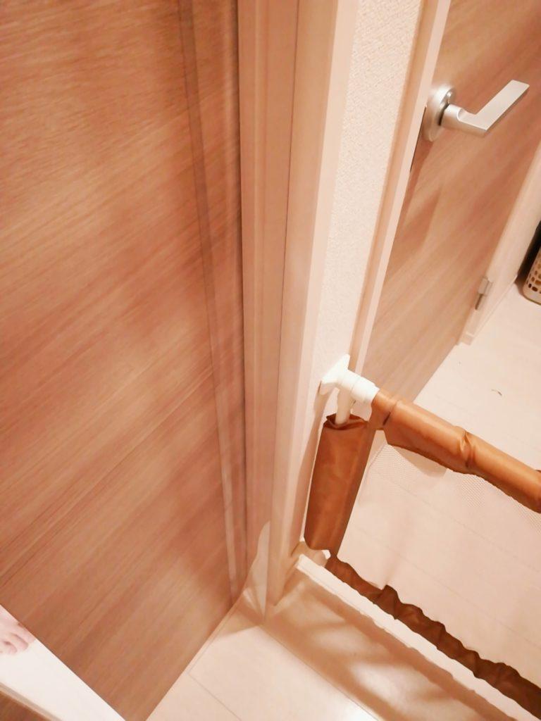 指はさみ防止グッズ「はさマンモス」を取り付けたドア・閉じた状態