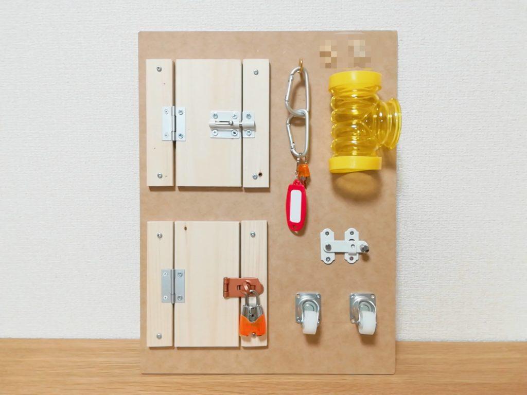 100均・ホームセンターの材料で作れる、手作りアクティビティボード(ビジーボード)