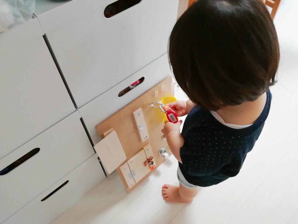 100均・ホームセンターの材料で作れる、手作りアクティビティボード(ビジーボード)で遊ぶ娘