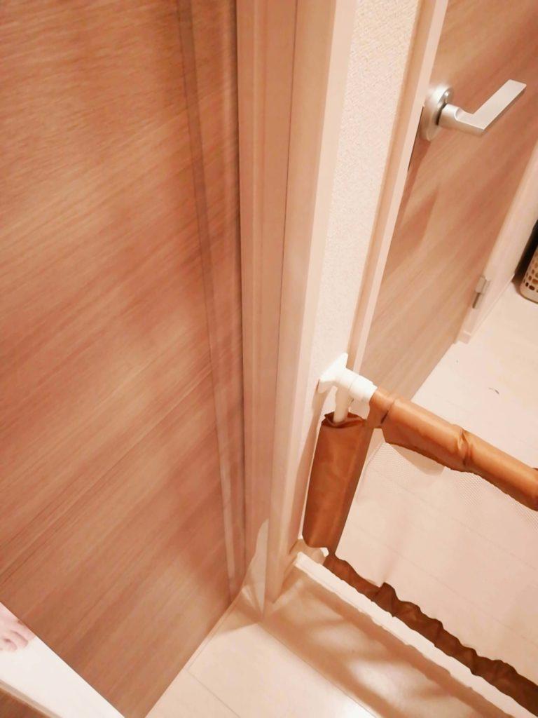 指はさみ防止グッズ「はさマンモス」を取り付けたドア