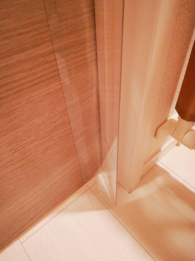 指はさみ防止グッズ「はさマンモス」を取り付けたドア下のとんがり部分