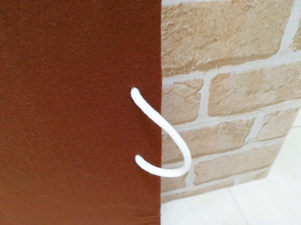 段ボールハウスのドアの取っ手部分
